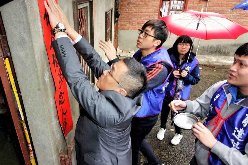 育達校長黃榮鵬也一起陪同學生打掃長輩居家環境與張貼春聯。(圖/育達科大提供)