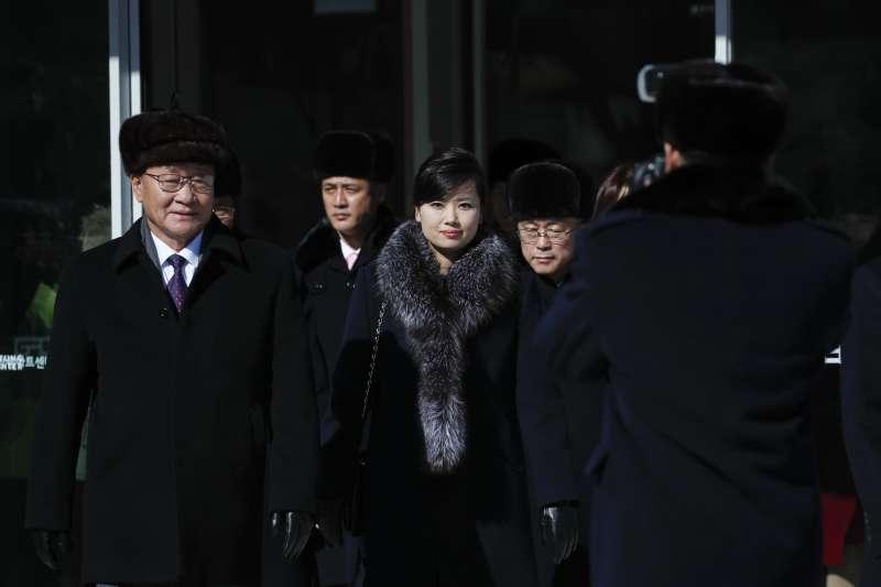 由北韓文化省局長權赫奉(左)和三池淵管弦樂團團長玄松月(中)率領的朝鮮藝術團。(美聯社)