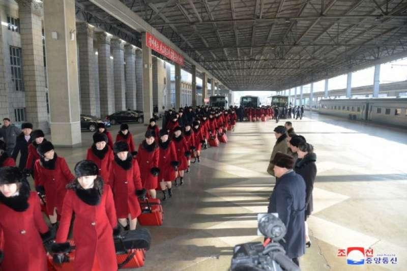 由文化省局長權赫奉和三池淵管弦樂團團長玄松月率領的朝鮮藝術團,2月5日離開平壤前往平昌冬奧會場。(勞動新聞)