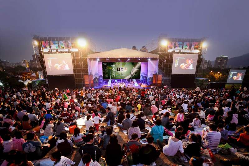 「嘸放手」228草地音樂會於2月27日晚間7點在高美館草坡演出,2月6日起開放民眾免費索票。(圖/高雄市政府文化局提供)