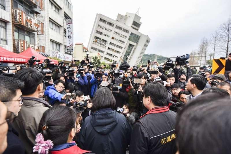 總統蔡英文7日赴花蓮雲門萃堤大樓勘災。(總統府提供)