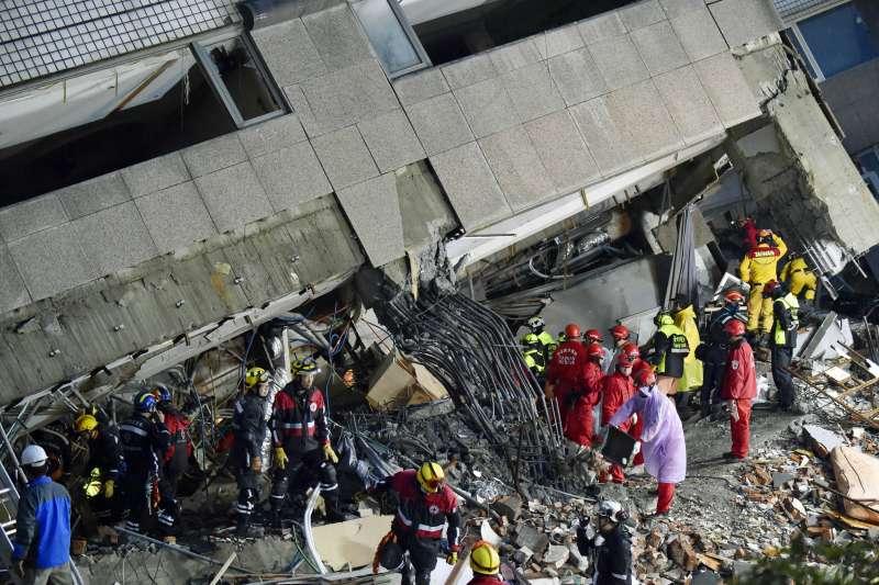 6日發生的花蓮地震災情慘重,各界紛紛捐款盼能協助災民度過難關。(AP)