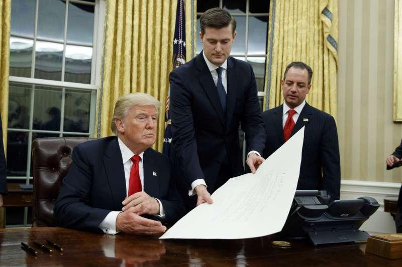 美國總統川普親信波特(Rob Porter,中)被傳出家暴(AP)
