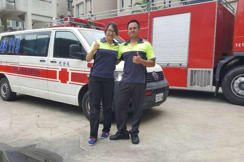 新竹市消防局香山分隊隊員李育昇(右)與竹光分隊隊員李曉芳(左),是消防界難得一見的兄妹檔,兩人曾一同出任務,靠著絕佳默契齊心滅火。(新竹市消防局提供)