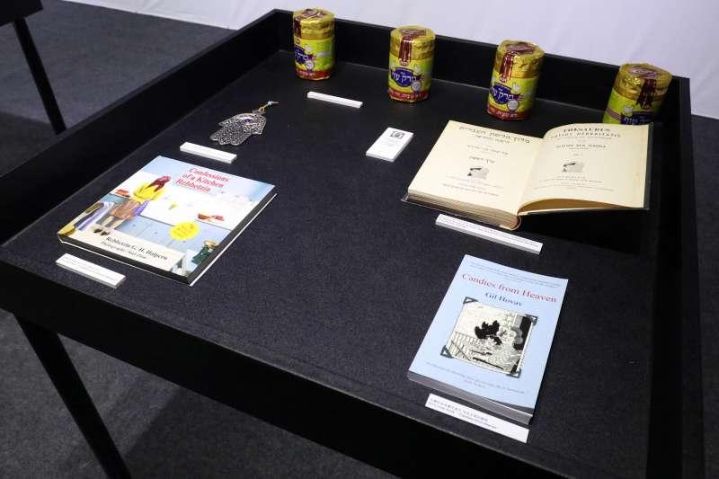 20180209-世貿書展,以色列作家霍華夫專訪。圖為以色列展場的空間內,展示霍華夫的書籍、雞湯罐等物品。(蘇仲泓攝)