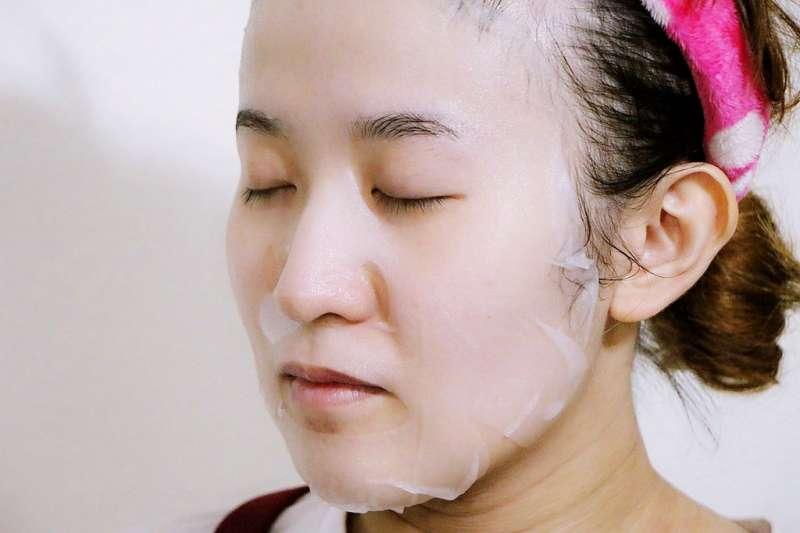 面膜敷的時間過久、成分選擇錯誤,有可能造成肌膚過敏。(示意圖/羽諾 諾咪@flickr)