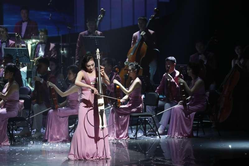 2018年2月8日,由三池淵管絃樂團團長玄松月率領的北韓藝術團冬奧慶祝演出,晚間8時在江陵藝術中心首演,這是北韓藝術團時隔15年6個月在南韓演出。(AP)
