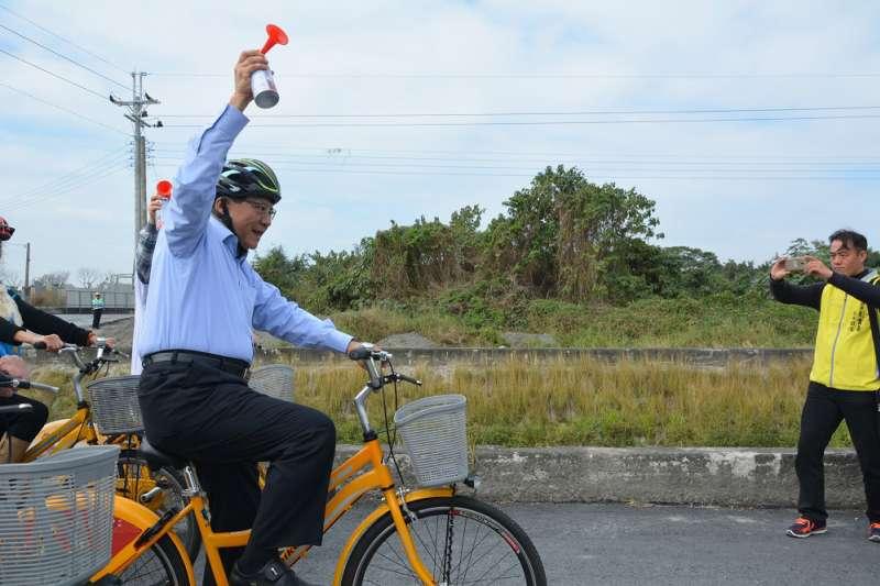 屏東縣府建構全縣自行車路網,9日在高屏溪左岸舉辦自行車道巡禮,屏東縣長潘孟安親自試騎,歡迎民眾多多利用,享受屏東美麗景色。(屏東縣政府提供)