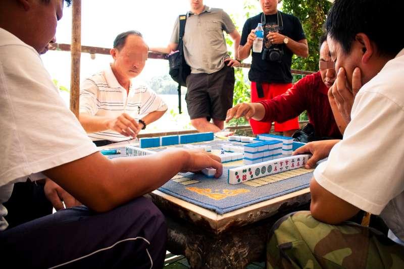 過年打麻將好像不是為了誰輸誰贏,反而是在牌桌上和朋友講一些垃圾話、聊聊天才是最開心的事情。(Alexander Savin@flickr)