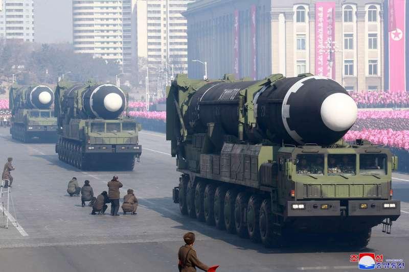 2018年2月8日,北韓舉行「建軍節閱兵式」,展出其最先進的「火星-15」洲際彈道飛彈(AP)