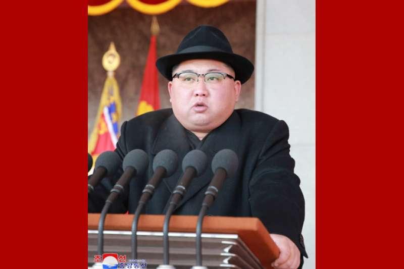 金正恩在朝鲜人民軍建軍70周年閱兵式上發表談話。(朝中社)