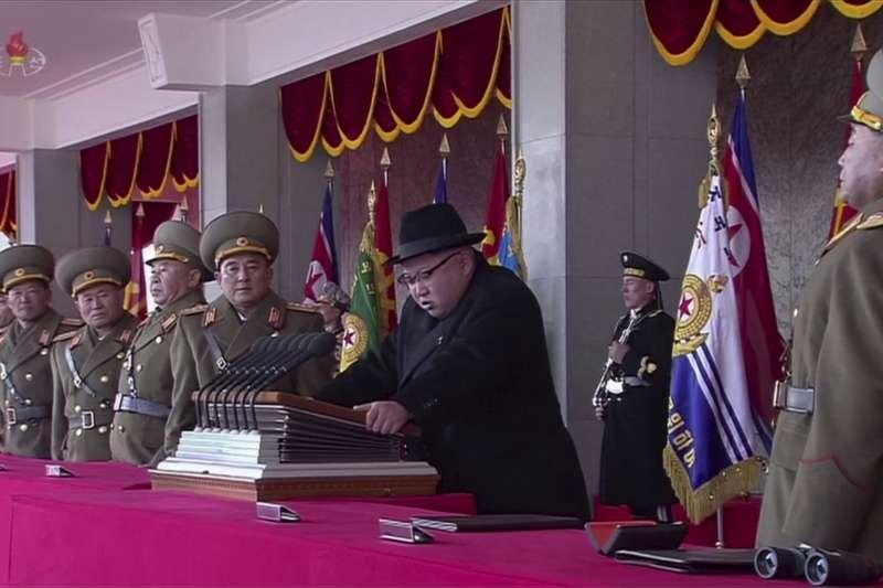 金正恩參加朝鲜人民軍建軍70周年閱兵式。(美聯社)