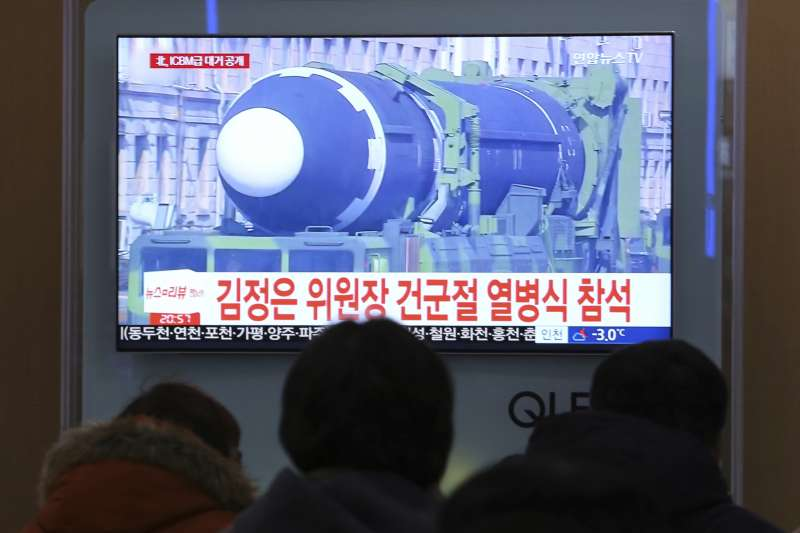 南韓媒體高度關注朝鲜人民軍建軍70周年閱兵式。(美聯社)