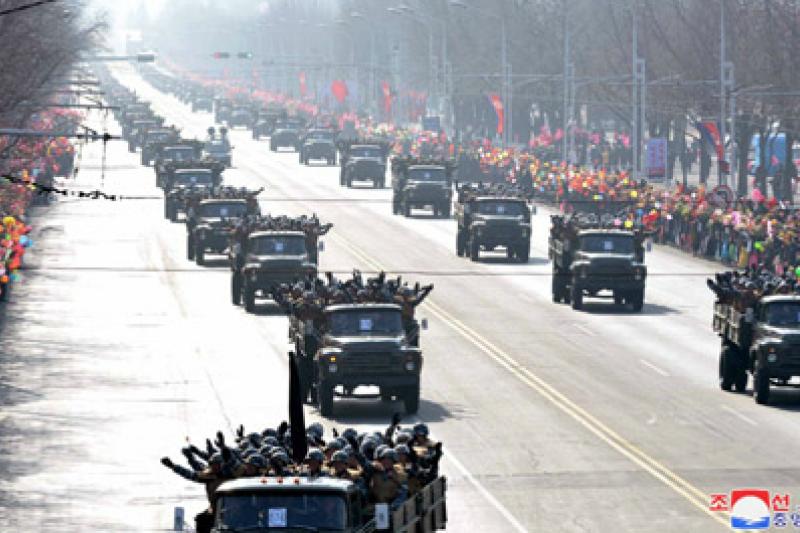 朝鮮人民軍建軍70周年的閱兵隊伍8日受到平壤市民的熱烈歡迎。(朝中社)
