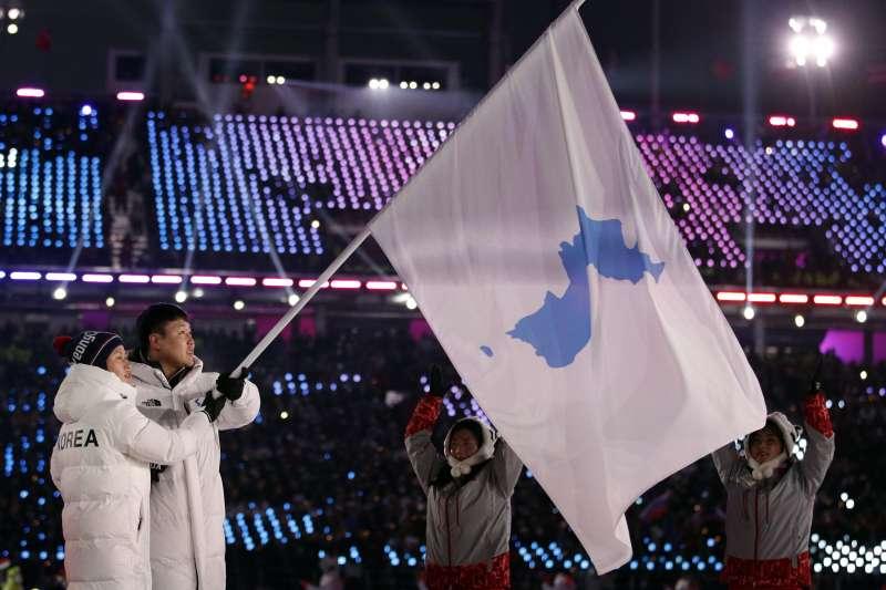 2018年2月9日,平昌冬奧開幕式,南、北韓代表團共持半島旗登場(AP)