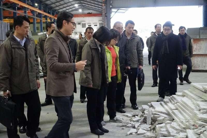 總統蔡英文與民進黨立委蕭美琴9日探訪花蓮美侖石材廠。(蕭美琴臉書)