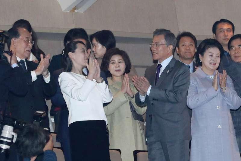 2018年2月11日晚間,南韓總統文在寅(右2)和北韓領導人金正恩胞妹金與正(左2)一起觀賞北韓「三池淵管弦樂團」在首爾國立中央劇場進行的表演。(AP)