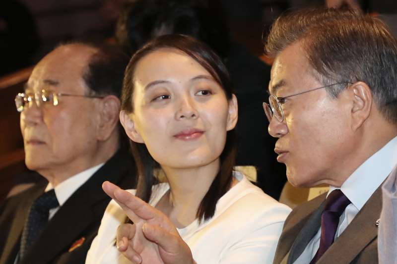 2018年2月11日晚間,南韓總統文在寅(右)和北韓領導人金正恩胞妹金與正(中)一起觀賞北韓「三池淵管弦樂團」在首爾國立中央劇場進行的表演。(AP)