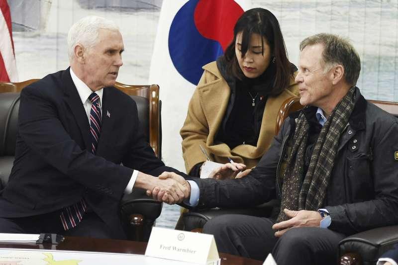美國副總統彭斯(左)與疑遭北韓虐死的美國大學生瓦姆比爾的父親(AP)