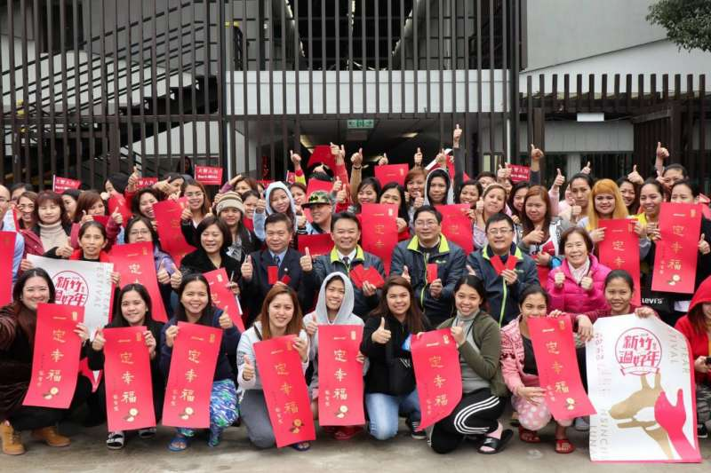 新竹市政府勞工處長黃錦源率員訪視外籍勞工宿舍,歡喜與外勞朋友們合影。(圖/新竹市政府提供)