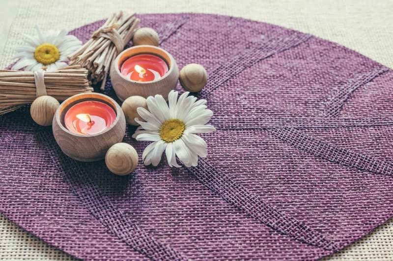 芳香療法運用植物萃取精油,可紓緩負面情緒,已是許多人療癒心靈的好選擇。(圖/Freepik)