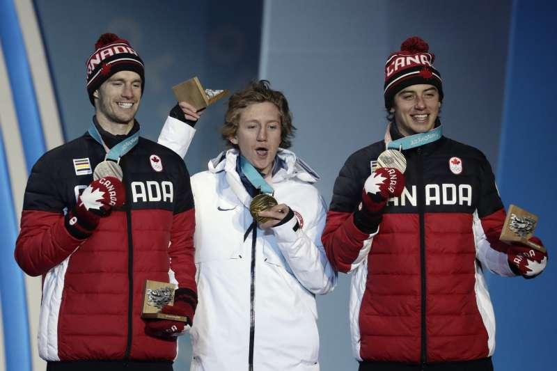平昌冬奧:單板滑雪男子花式由美國選手傑拉德(中)奪金,加拿大選手帕洛特(左)與麥莫里斯分別抱回銀牌和銅牌(AP)