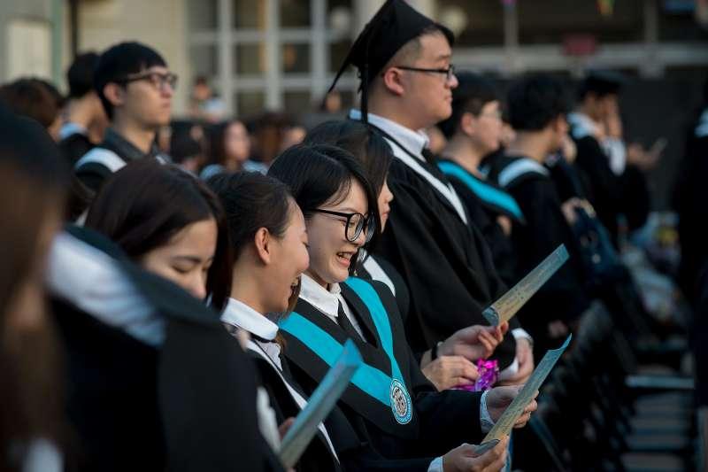 近年台灣大學生畢業後第一年的薪資平均不到3萬元,往後的薪資平均成長幅度也並不高,對於青年而言,個人的生活負擔已相當沉重,更不用提買房、買車、或甚至成家。(總統府@Wikipedia/CC-BY-SA-3.0)