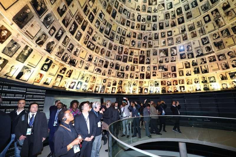 參訪完猶太人大屠殺紀念館後林佳龍指出,在轉型正義上「台灣的做得比較晚、也比較少」,也期待中央進一步訂定《人權教育法》,讓人權觀念深植人心,並強調,「檢討過去,是為了讓未來不會再發生悲劇」。(台中市政府提供)