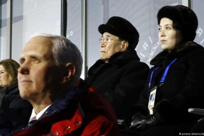 美國副總統彭斯(前)與北韓平昌冬奧高級別代表團的金永南(右二)、金與正(右一)。(德國之聲)
