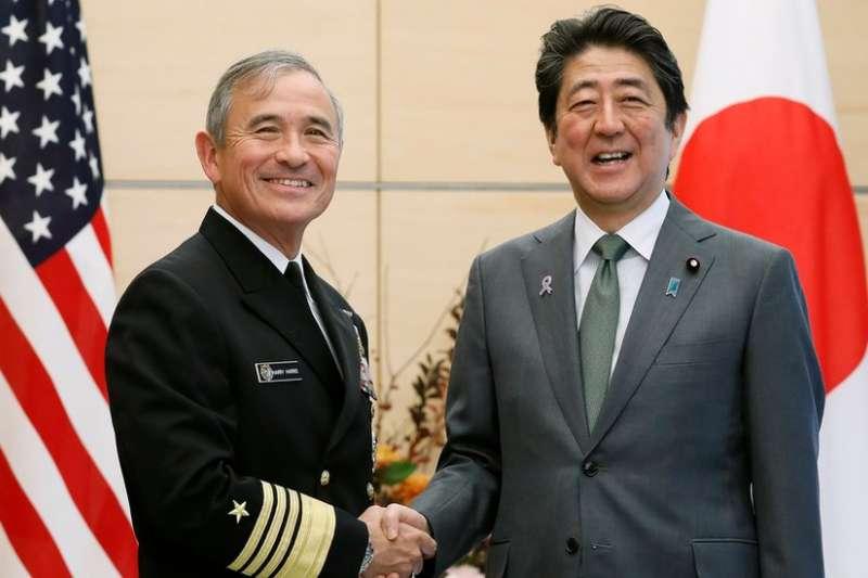美军太平洋司令部司令哈里斯去年11月访日时,与日本首相安倍晋三会晤。(BBC中文网)
