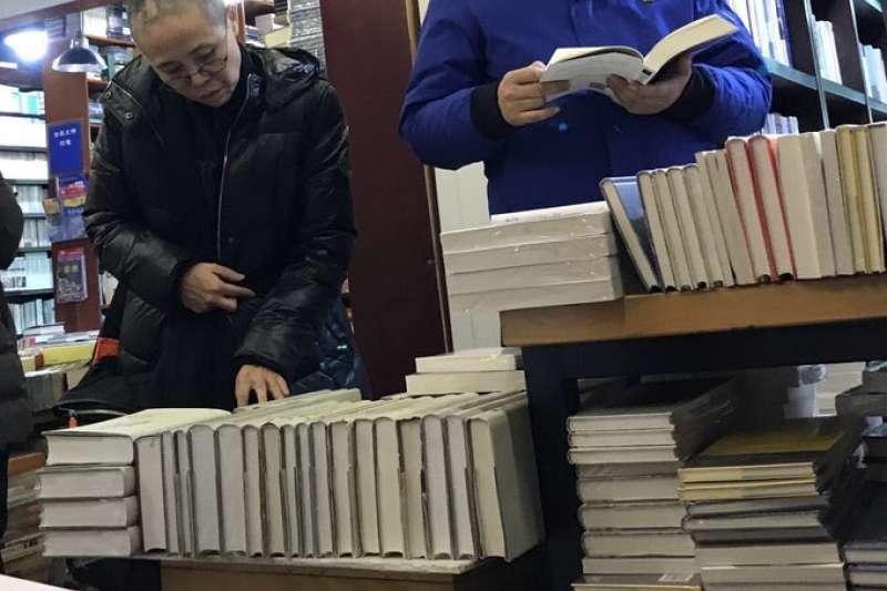 推特帳號「曉波助瀾會」11日轉貼劉霞在北京書店「萬聖書園」看書的照片。(取自曉波助瀾會推特)