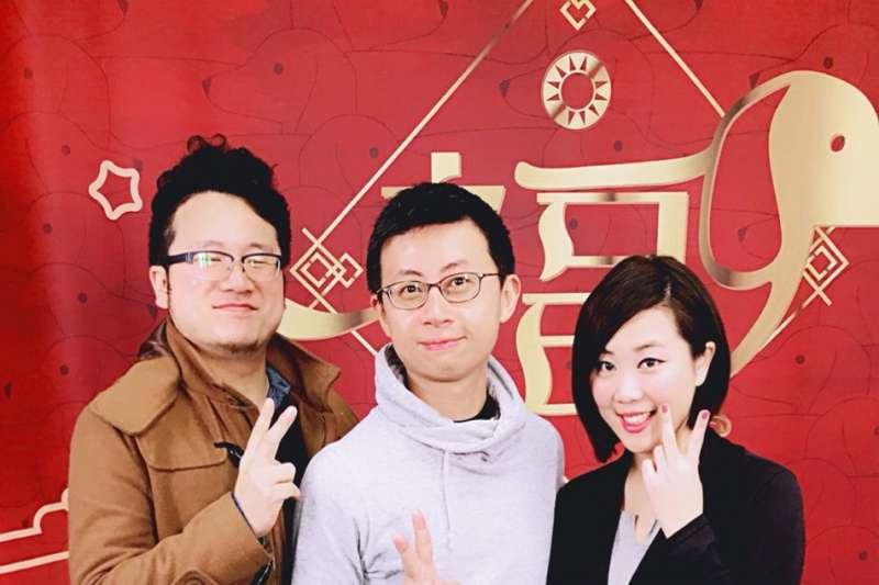網紅「呱吉」邱威傑(中)13日受邀到國民黨中央黨部上直播節目「Tell me 餵什麼」。(國民黨文傳會提供)