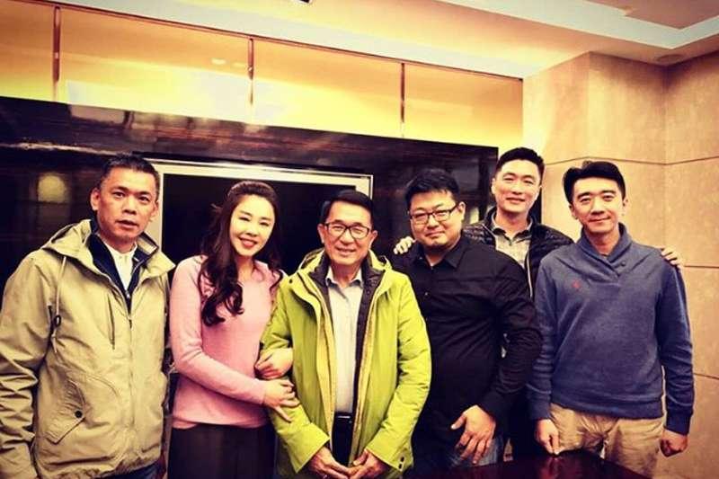 新北市議員李婉鈺(左二)在過年前夕,前往探視前總統陳水扁(中)。(取自IG)