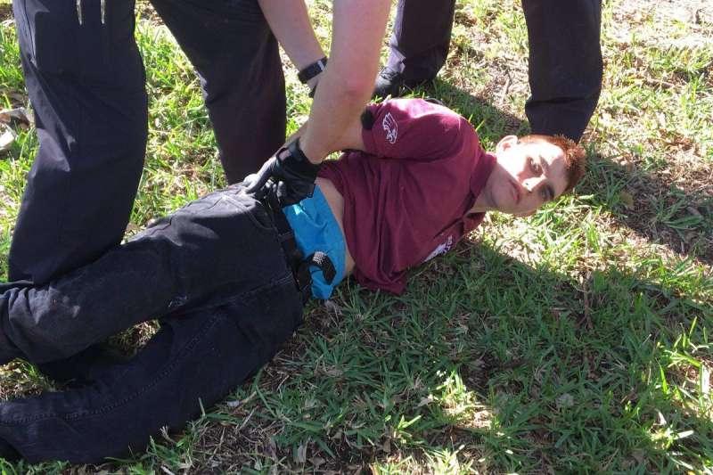 2018年2月14日,美國佛州帕克蘭(Parkland)一所中學發生校園槍擊案,死傷慘重,兇嫌克魯茲(Nikolaus Cruz)被警方制伏(Twitter)