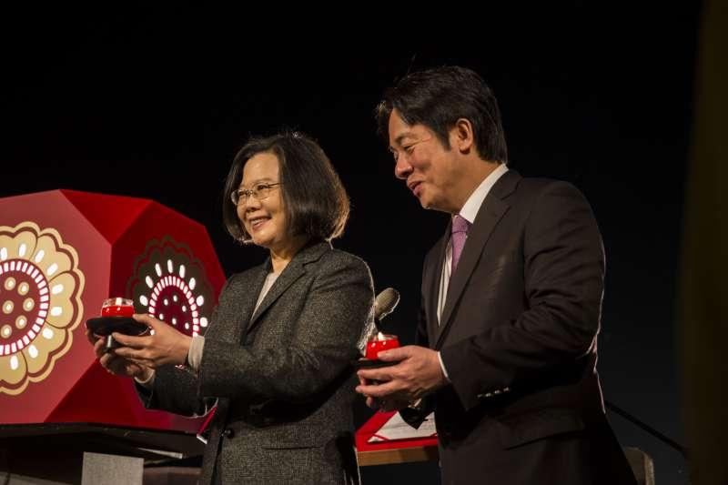 蔡英文總統(左)和行政院長賴清德(右),誰才是「拔管」藏鏡人?圖為兩人出席法鼓山祈福活動(總統府)