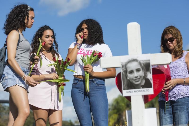 2018年2月14日,美國佛州帕克蘭發生校園槍擊案,17名師生遇害,倖存學生哀慟莫名(AP)
