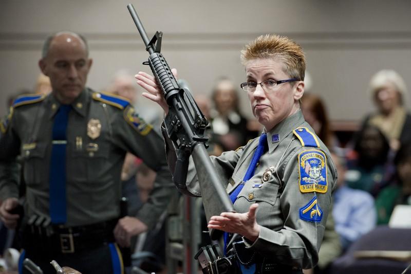 桑迪胡克小學(Sandy Hook Elementary School)槍擊案,警方展示兇嫌藍札(Adam Lanza)使用的同型步槍(AP)