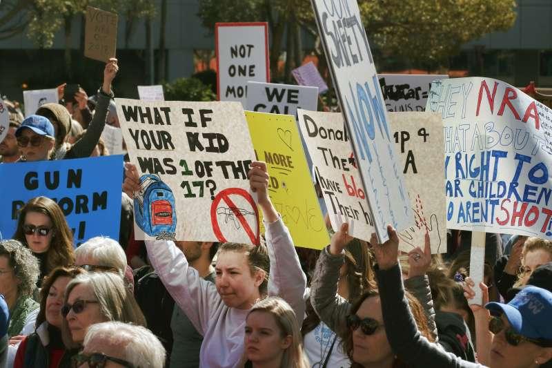 2月14日佛州發生校園槍擊案導致17人死亡,許多學生與家長站上街頭抗議槍枝管制不夠嚴謹。(美聯社)