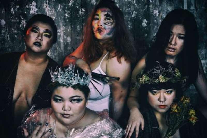汪綺和四位伙伴組成女怪,拍攝一系列照片。(BBC中文網)