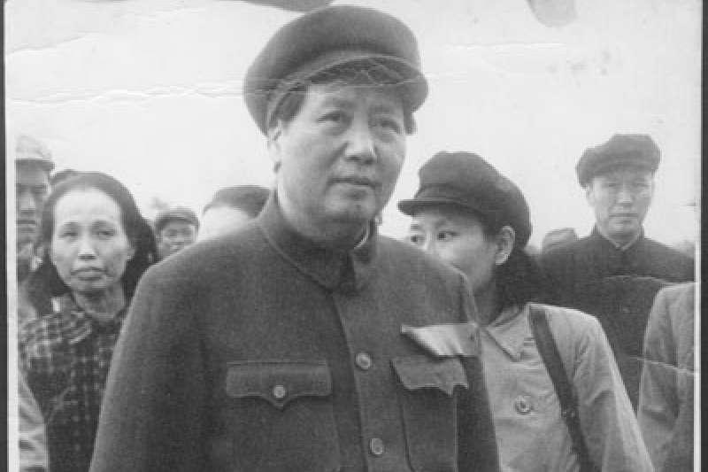 中共開國大典中的毛澤東與謝雪紅(後方者)(圖/wikimedia commons)