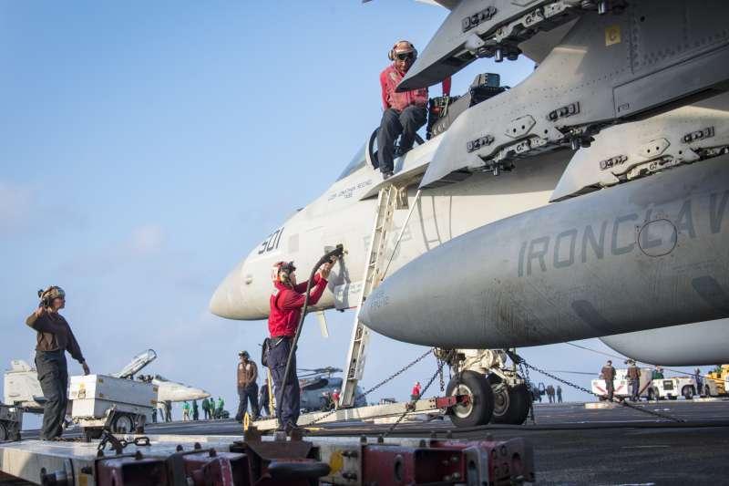 美軍正在卡爾文森號航母的甲板上整備F/A-18。(美國海軍官網)