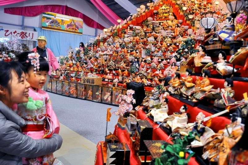 主會場人偶文化交流館內聳立著巨大雛壇,從中央朝四方呈放射狀,各25層,共100層。(圖/潮日本提供)