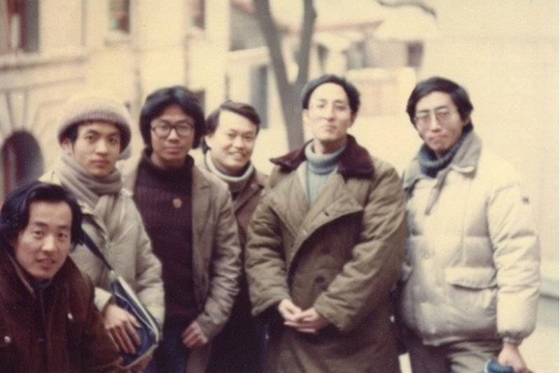 楊煉(左一)與顧城(左二)、北島(右一)等人合影,1985年於北京。(圖/印刻文化提供)