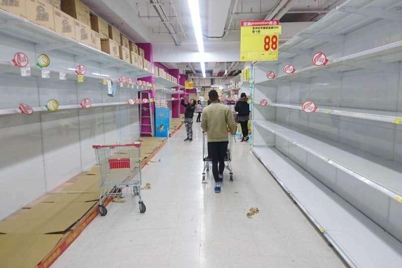 作者說,搶購囤積的結果,造成即刻需要衛生紙的人有可能買不到,這是生活在非戰爭時期或沒有經歷過石油危機的世代,很難想像的狀況。(資料照,蔡丹肯攝、經理人提供)