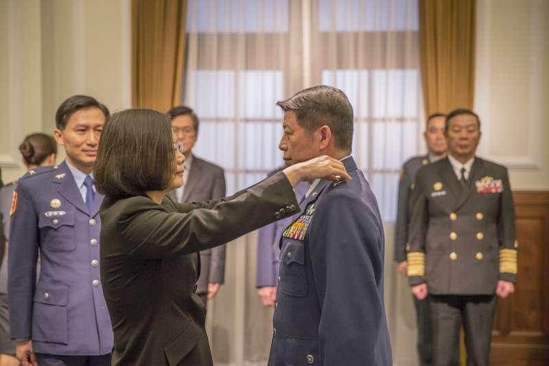 總統蔡英文主持「國軍重要高階幹部晉任布達授階典禮:空軍司令張哲平」,為其配掛「上將階級」。(總統府提供)