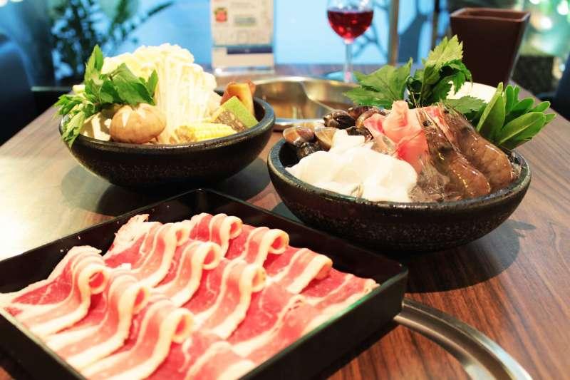 在冷颼颼的冬天,光是看著滿桌的涮肉和蒸騰的火鍋,心裡就不自覺地暖和起來了!(圖/健康主義精緻火鍋臉書)