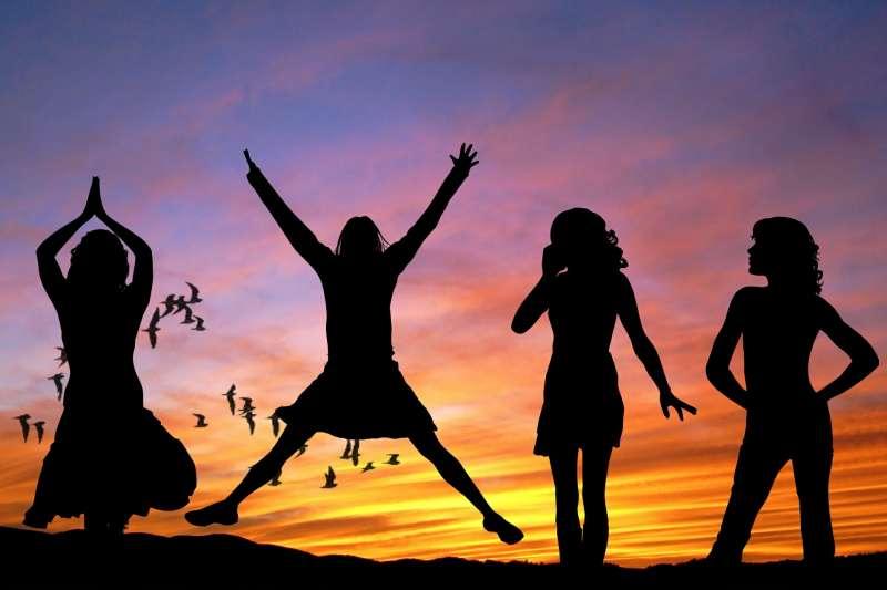 2016年完成的全國大調查,未婚者以整體自評生活滿意度7.5分(0~10分)居冠,在家庭生活等其他6個細項的幸福快樂感也優於其他姊妹。(取自pixabay)