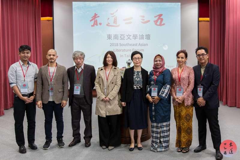 (左起) 卡羅瑪・雅康吉・戴歐納(菲律賓)、 帕達・雲(泰國)、保寧(越南)、紅樓詩社理事長辛翠華、文化部次長丁曉菁、諾拉玆瑪阿布巴卡(馬來西亞)、亞悠・塢塔米(印尼)、尼朋樂(緬甸)。(文化部提供)