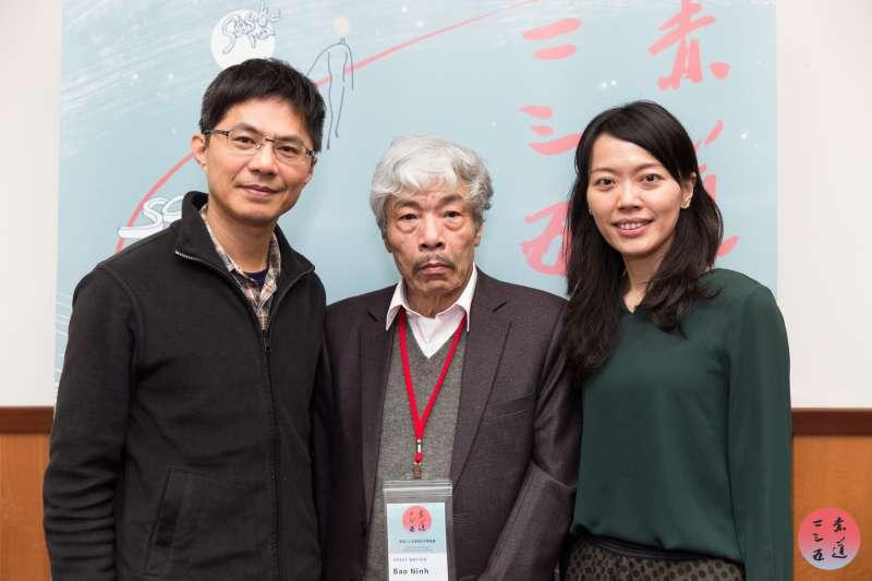 越南場與談人甘耀明(左)、越南作家保寧(中)、主持人張俐璇(右)。(文化部提供)
