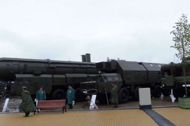 俄羅斯重視核武力量,普京宣稱開發超級武器。2015年莫斯科郊外武器展覽上展出的「白楊」戰略飛彈。(美國之音)